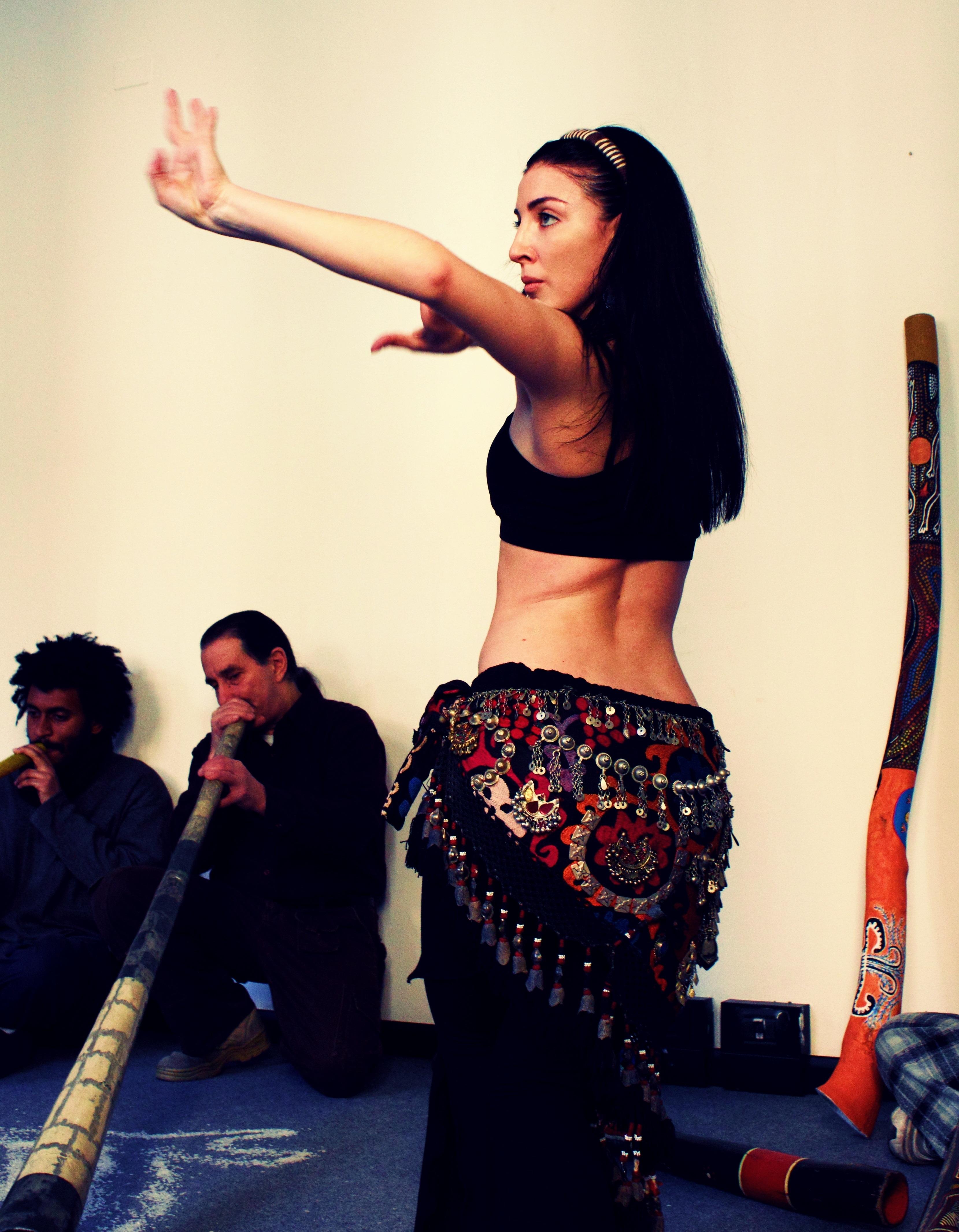 due didje e danza durante performance