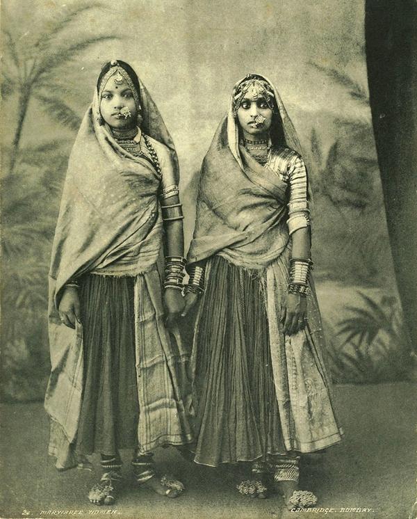 """Ragazze Marwaree, collezione """"Campagna oceanica della Regia Nave Vesuvio 1906-1909"""", Mumbai (ex Bombay), Maharashtra, India, 1900 ca., foto di anonimo"""