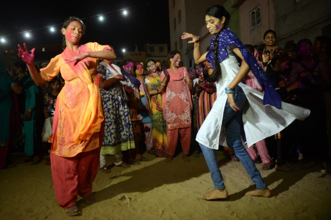donne pakistane indù danzano durante le celebrazioni Holi a Karachi il 26 marzo 2013. (© Asif HassanAFP / Getty Images)