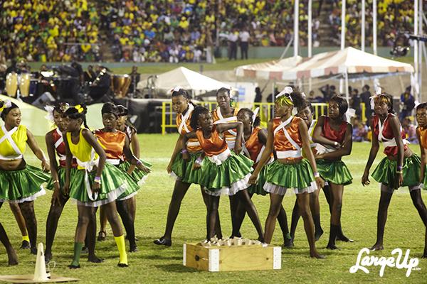 Uno dei tanti gruppi di ballo di giovani provenienti dai distretti della Giamaica prendono parte dell'intrattenimento della serata. Photo by Martei Korley (LargeUp)